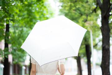 傘を差す女性