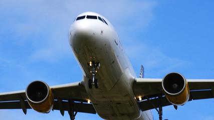 Avión comercial volando