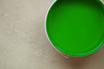 Farbeimer mit grüner Farbe