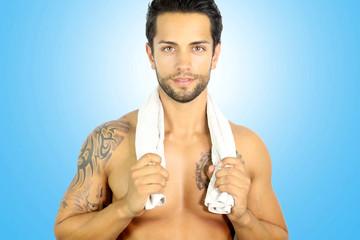 bel homme avec une serviette