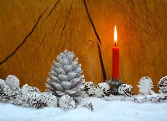 Kerze und Tannenzapfen