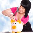 Frau hämmert auf ihr Sparschwein