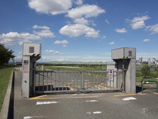 河川敷のゲート