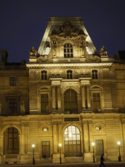 Noche en el Museo del Louvre en París