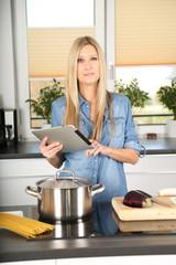 Frau in der Küche beim Spaghetti kochen
