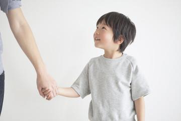 手をつなぐ男の子