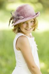 Junge Dame mit Hut