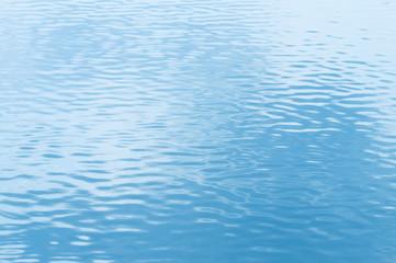 水面 水面に映る青空