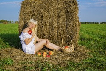girl in a field with apples, Яблочный спас