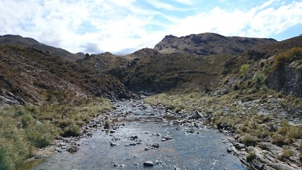 río de montañas