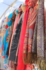 разноцветные шарфы