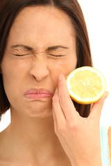 Frau mit Zitrone