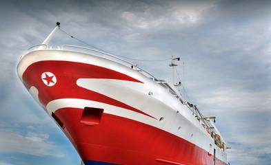 Prua di una nave con una stella rossa in punta