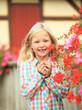 Mädchen mit Blumen vor Fachwerkscheune