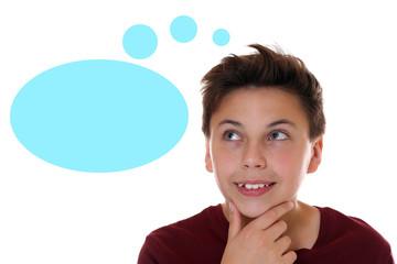 Junger Teenager beim Denken mit Gedankenblase und Textfreiraum