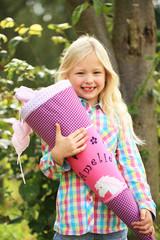 lachendes Mädchen mit Schultüte