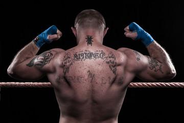 boxer con muscoli tesi