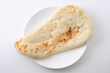 お皿にのせた ナン インド料理 パン 白背景
