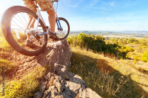 Deurstickers Fietsen Mountain biker looking at downhill dirt track