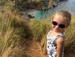 Bambina sul sentiero che porta alare