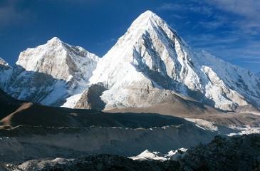 khumbu valley, khumbu glacier and pumo ri peak