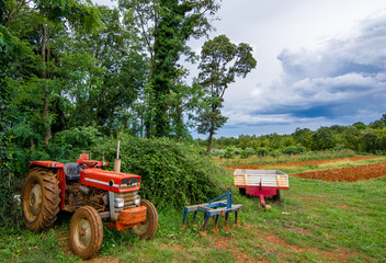 Landwirtschaftliche Ausrüstung vor Acker