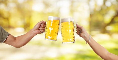 Mann und Frau stoßen mit Mass Bier an