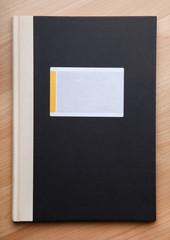 Notizbuch auf Holzhintergrund