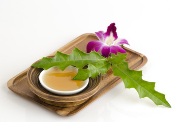 Scrub with Sea holly and honey to moisturize the skin .