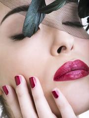 Beauty con cappellino di piume nere e occhi chiusi
