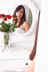 Romantik - Frau beobachtet sich im Spiegel