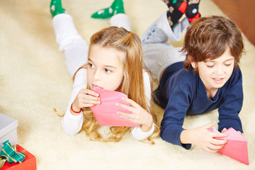Kinder schicken Wunschzettel ab vor Weihnachten