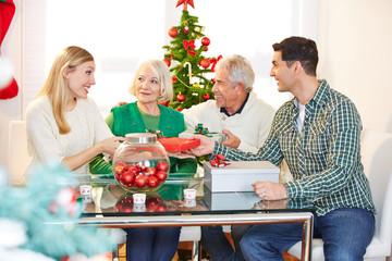 Familie feiert Weihnachten mit Senioren
