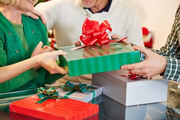 Hände geben Geschenke zu Weihnachten