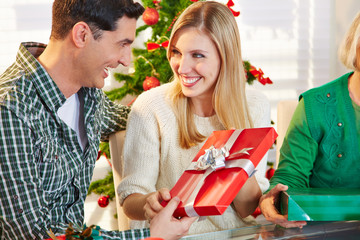 Paar überreicht sich Geschenk zu Weihnachten