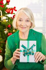 Seniorin mit Geschenk an Weihnachten