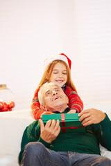 Mädchen umarmt Opa an Weihnachten
