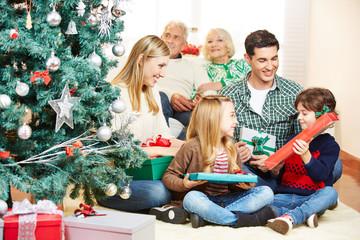 Kinder bekommen Geschenke zu Weihnachten
