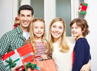 Familie mit Geschenken an Weihnachten