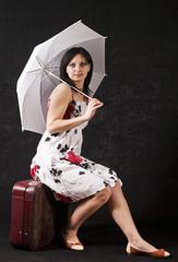 Девушка с зонтом и в летнем платье