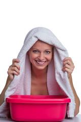 Blondine inhaliert über einem Wasserbad