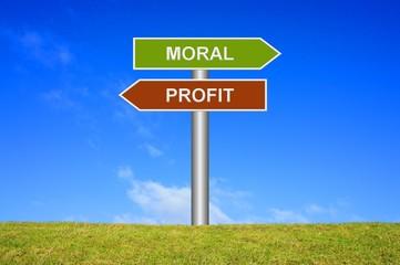 Schild Wegweiser: Moral / Profit