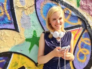 Mädchen mit Smartphone im Social Network