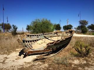 Vergessenes Fischerboot im Sand von Andalusien