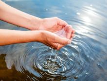 Zatrzymywanie wody w złożone dłonie