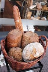 Cesta con diferentes tipos de pan
