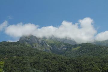 Nube enganchada al pico de una montaña en los Pirineos