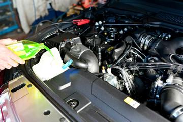 auffüllen der Flüssigkeiten eines Autos