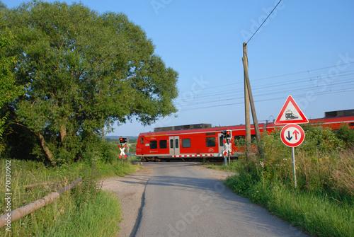 canvas print picture beschrankter Bahnübergang im Feld
