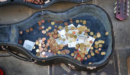 Soldi donazione nella custodia della chitarra